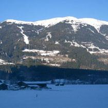Blick vom Stakeout zum Wildkogel. Das Rennen führt links in der Waldschneise die Skipiste hoch und oben bis zum Gipfel des Wildkogel. Anschliessend rechts runter nach Bramberg (Sonntag), oder halb runter und wieder rauf zum Ziel auf dem Gipfel (Samstag)!
