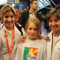 zoé en compagnie de sabrina et jessica Buil ( 4 fois championne du monde kata par équipe)