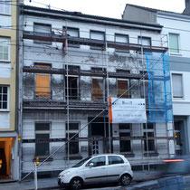 Fassade in Krefeld eingerüstet vor der Sanierung