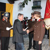Bürgermeister Ing. Hansjörg Gartlacher befördert Feuerwehrmann Johannes Schweiger zum Oberfeuerwehrmann.