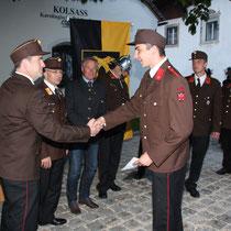 Abschnittskommandant Christian Faik gratuliert Marcel Lanzanasto zur Beförderung zum Löschmeister und Gruppenkommandanten.