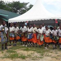 Die Kinder führen ihre eingeübten Tänze vor