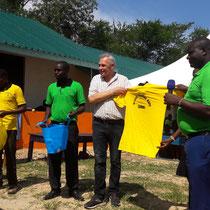 Das deutsche Team bekam T-Shirts mit dem Logo der Schule überreicht