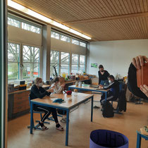 Studenten arbeiten im Stationsbetrieb zum Thema Motorik Pb