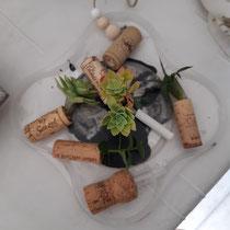 Percer des bouchons de liège. Les remplir de terre et y planter des boutures de plantes grasses et autres succulentes.