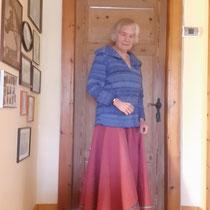 Roberta K. mit Ihrem farbenfrohen BIO-Walkloden-Reitrock Erica. Macht auch ohne Pferd was her :-)