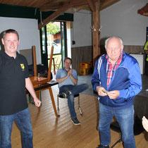 Auszeichnung II: Reinhold Krämer (rechts) ist seit 65 Jahren BSV-Mitglied