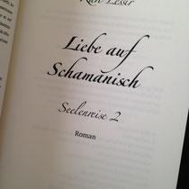 Die Titelei - und man sieht: »Liebe auf Schamanisch« ist Band 2 der Reihe