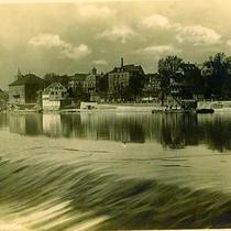 Mainwehr mit Blick auf die Stadt um 1930
