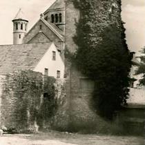 Wehrturm an der Westmauer, im Hintergrund Hl.-Geist-Kirche ca. 1950