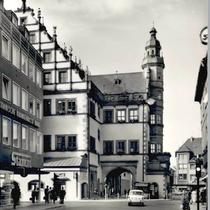 Blick aus der Rückertstraße auf das Rathaus um 1960