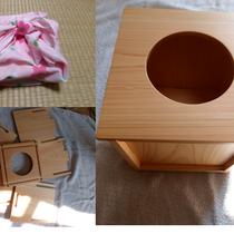 二次会ゲームの定番、ビンゴの備品として。イベント好きなお2人に、組立式の抽選箱を記念にプレゼント。