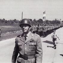 """Die Soldaten marschieren in """"ihre"""" Kaserne."""