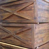 gebürstetes Holz mit Lasuren