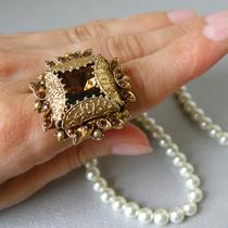 520. Винтажное коктейльное кольцо от Florenza. Размер регулируется внутренним зажимом 15-19. Крупный камень коньячного оттенка по центры, декор хрустальными стразами. Ювелирным сплав оттенка античного золота. Цена 95$