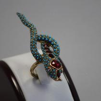 P-1664. Коктейльное кольцо от американского дизайнераKENNETH JAY LANE. Ювелирный сплав с позолотой 24К, ручная работа. Декор камнями Сваровски. Размер регулируется внутренним зажимом от 15-19.