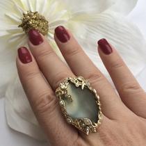 P-1604. Роскошное коктейльное кольцо от из перламутрового тепло-серого люцита, который играет радужными оттенками. Уникальное, крупное и одновременно лёгкое украшение в кристаллах Сваровски, выполненных в форме капель воды