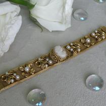 Винтажный браслет с камеей, маркирован FLORENZA. Идеально сидит на руке, не болтается, приятный размер и ширина ремешка, удобная застежка. Великолепное и универсальное украшение практически под любой наряд!