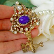 P-1708. Прекрасный Ключ, очень похож на тот, что изображен на гербе Ватикана, именно его Бог передал Св. Петру, как ключи от Рая. Символичное украшение, винтажная брошь от легендарного Кеннет Джей Лэйна. Длина 9см.