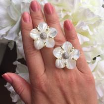P-1732. Изысканное кольцо от известного итальянского ювелира. Выполнено в ручную, цветок полностью из натурального перламутра, декор цирконами. Оправа-серебро 925, с позолотой 24К. Размер-17. Фирменная упаковка, проба.