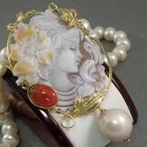 P-1613. Роскошная камея музейного качества из Италии. Невероятная брошь-кулон поражает роскошью и изяществом. Автор-известнейший дизайнер. Камея-сардоникс, серебро 925 с позолотой 24К, коралл, натуральный жемчуг барокко. Длина 9см.