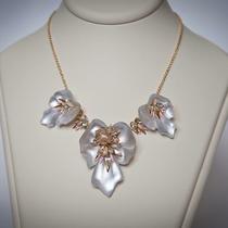 P-1624. Изысканное колье из новой весенней коллекции 2015. Утонченные цветы перламутрово-белых орхидей завораживают своим совершенством. Ручная работа, декор натуральными камнями. Уникальное украшение из лимитированной коллекцииALEXIS BITTAR.