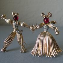 P-1727. Коллекционные парные броши от бренда TRIFARI. Nenette and Rintintin, серебряные винтажные броши, покрытие розовым золотом vermail, маркированы. Украшения изготовлены в 1943 году, публикуются