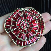 Роскошная брошь от американского дизайнера Хэйди Даус. Багетные кристаллы Swarovski, ювелирный бронзированный сплав, маркировка. Диаметр 5см.