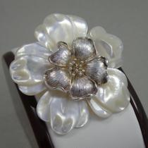 P-1633. Новая брошь-кулон из натурального перламутра и серебра 925 пробы. Ручная тонкая работа, цветок объемный, лепестки красиво изогнуты, эффект 3Д. Диаметр 5см.
