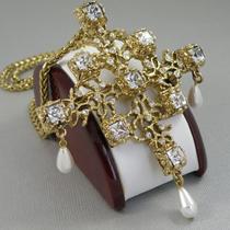 P-1686. Роскошная брошь-кулон от американского дизайнера KENNETH JAY LANE. Ювелирный сплав под состаренное золото с позолотой 24К, кристаллы Сваровски. Размер броши 9х8см, длина цепочки 75см.