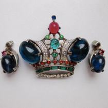 Коллекционные антикварные украшения от знаменитого американского бренда TRIFARI. Великолепные и желанные: брошь большая корона, серьги клипсы и брошь STERLING SILVER 1939. Все украшения имеют маркировку, прекрасное состояние! Раритет