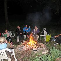 Pour des soirées conviviales, nous pouvons organiser un feu de camp, avec prêt de carnets de chants.