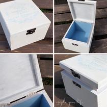 """aufbewahrungsbox aus einer zigarrenkiste... weiß & hellblau gestrichen... mit hellblauem """"vintage""""-ornament..."""