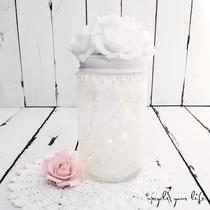 beleuchtetes geschenkglas mit spitze... mit weißen rosen als topper... (ohne deko)
