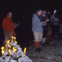 Inder Aubrac lädt Jean-Louis die ganze Gite zu einer Gipfel-Zeremonie ein. Er spielt sich sochli als Scheff auf. Die Kinder müssen Laternen basteln und Romaric darf, zum Trost (er hat den Blaternrekord) das Feuer gestalten.