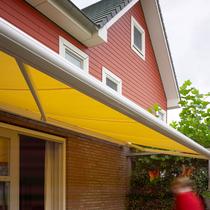 zonwering, terrasscherm, veranda, geel, okergeel, soliszon, solis zonwering, zonwering doek, zonnescherm, schaduw, zon