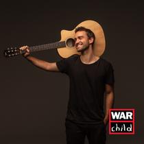 Singer/Songwriter Benoby steht live mit Kinderchor auf der Bühne