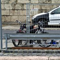 Budapest | Lili's platter Reifen (mitten in der Stadt «eingefangen») wird vom Bord-Fahrradmechaniker mit von uns mitgebrachtem Material vor «MS My Story» professionell repariert.
