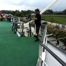 Brandstatt | Die etwa 140 Miet-Fahrräder werden nach der Tagestour von der Crew mühsam auf Deck gebracht.