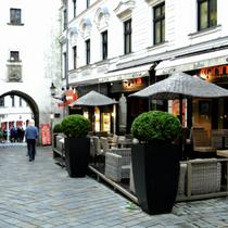 Bratislava | Touristen-Gastronomie vor dem «Michaelertor».