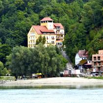 Brandstatt | Kurze Rast nach dem Start | «Hotel-Teleblick» über die Donau.