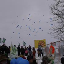 Luftballons mit Botschaften aller, die nicht dabei sein konnten, steigen in den Himmel