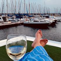Den Abend mit einem Glas Wein auf unserem Hausboot ausklingen lassen