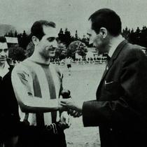 Entrega de la insignia de oro al gran capitán Víctor Urquijo, por sus 100 partidos con el Villosa. Año 1968.