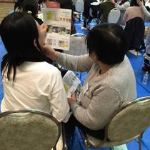 喉頭の触診を実習する様子