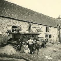 Battage du blé années 1950 La batteuse est transportée de ferme en ferme et tous les hommes se regroupent pour battre le blé