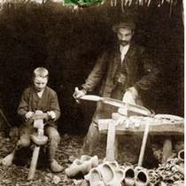 Le travail du sabot Le bois employé dans la région est surtout le hêtre . Il est travaillé en vert, et l'artisan porte un tablier de cuir tout collant de sève.