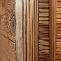 VI VADI HOTEL BAYER 89 Wandverkleidung aus Altholz im Restaurant OTTANTANOVE