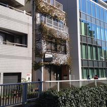 10℃AFE外観。高田馬場駅より徒歩5分、神田川沿いの落ち着いて過ごせるカフェです。