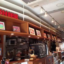 カフェのカウンターにずらりと並べました。